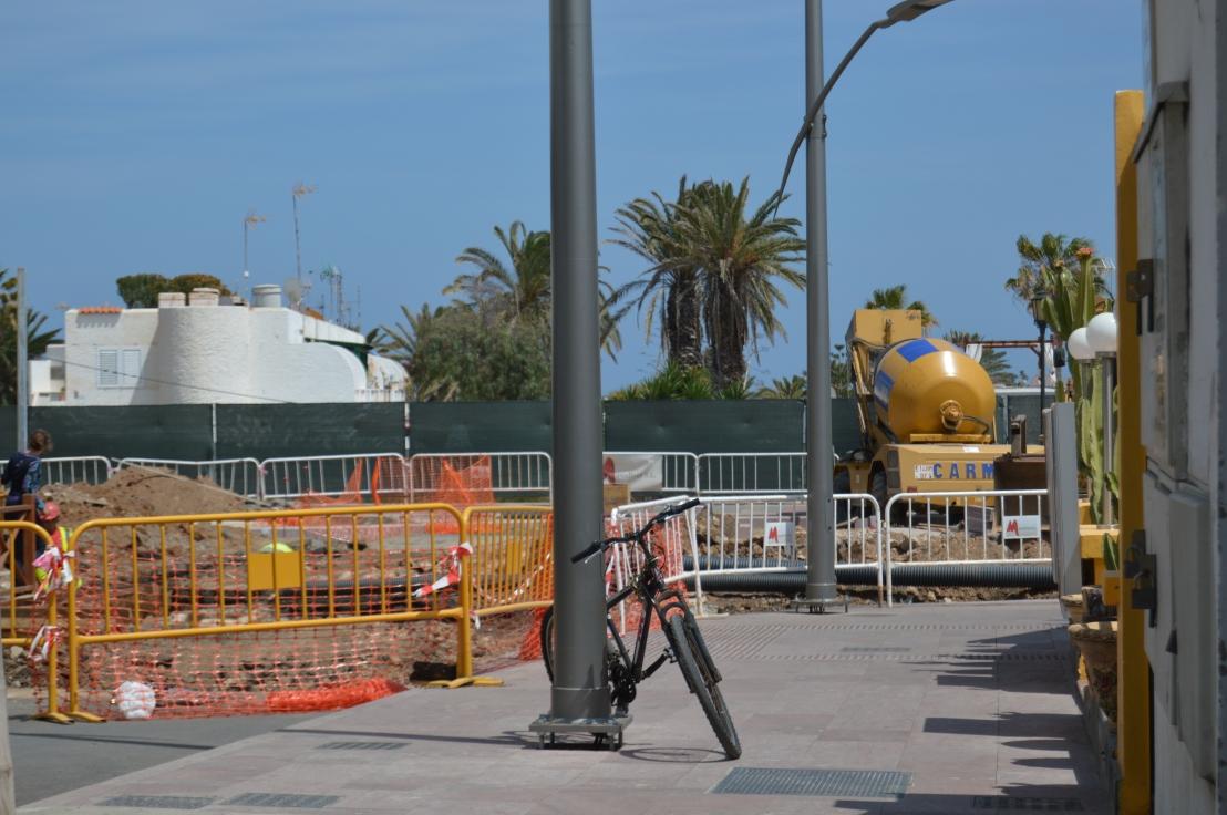 La Rotonda de Hoplaco sigue en obras y la calle principal del casco urbano de Corralejo cerrada a cal ycanto.